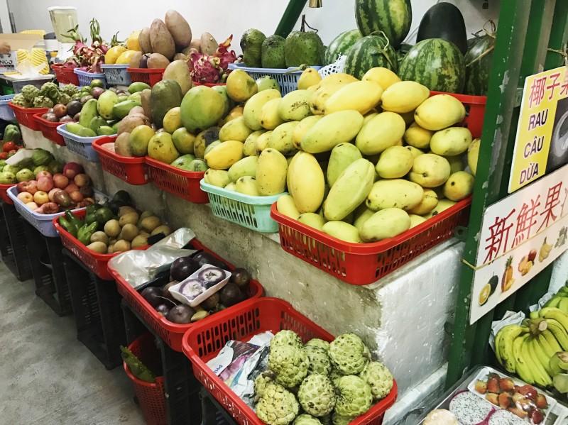Hàng trái cây và sinh tố ở khắp nơi. Bây giờ ngoài tiếng Nga ra người Nha Trang còn biên thêm tiếng Tàu dưới mỗi biển hiệu.
